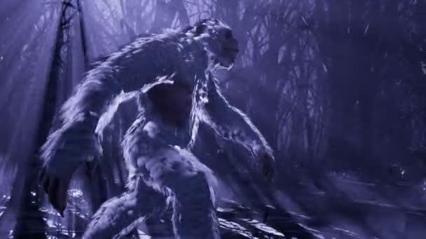 Yeti běží v noci mlhavým mystickým lesem. Bigfoot kráčí v temném, děsivém lese. Animace pro pohádkové, fiktivní nebo fantasy pozadí.