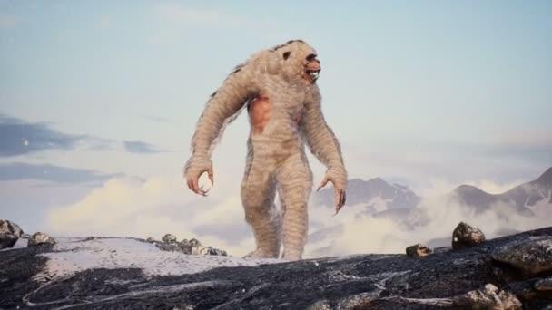 Bigfoot in den verschneiten Bergen an einem schönen Wintermorgen. Yeti in den Bergen. Animation für märchenhafte, fiktionale oder fantastische Hintergründe.