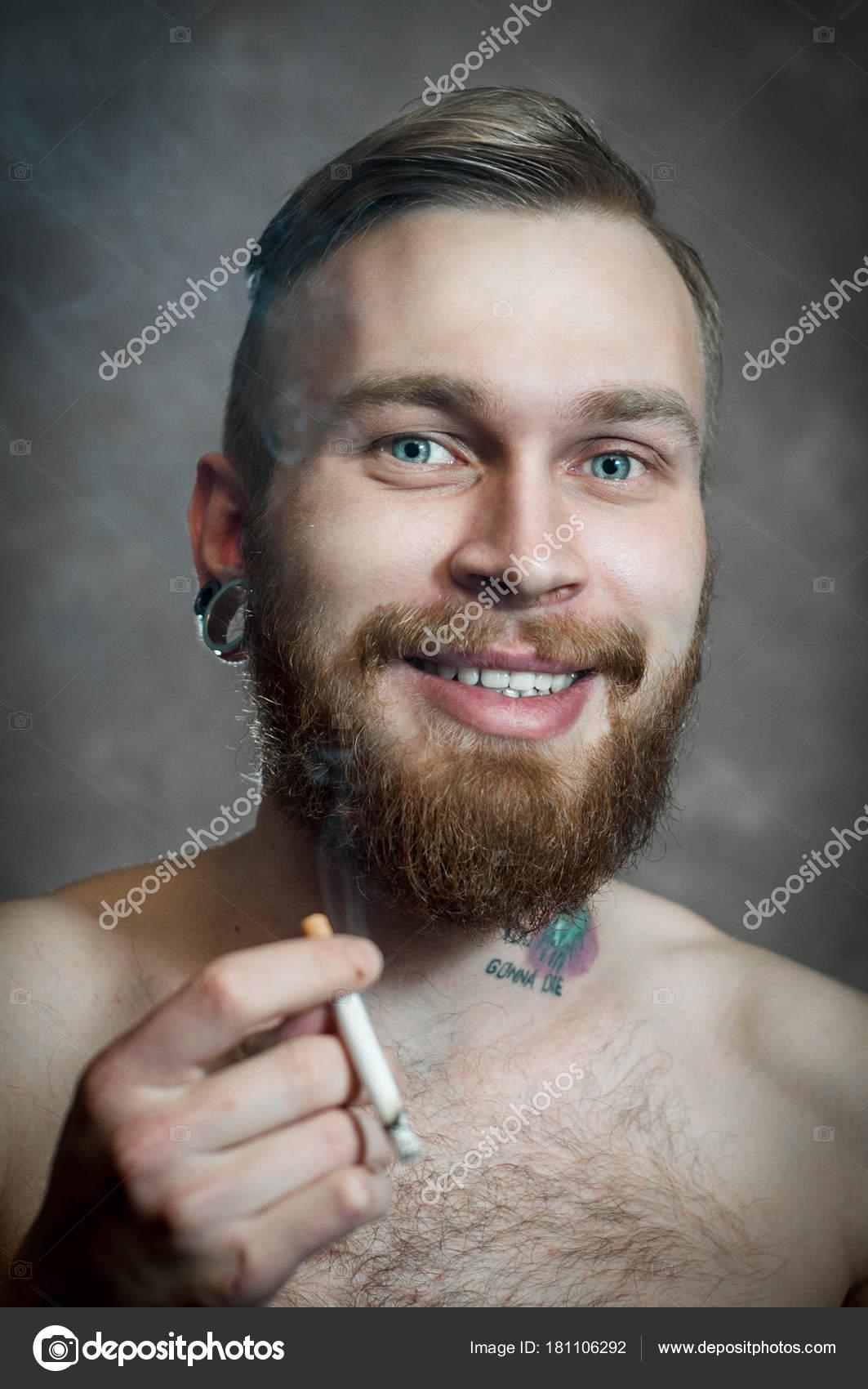 homme blanc avec barbe mustach whith tatouage sur cou fumée