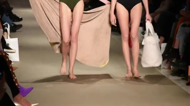 Badpak Fashion.Benen Van Vrouwelijke Modellen Met Badpak Fashion Show Athene