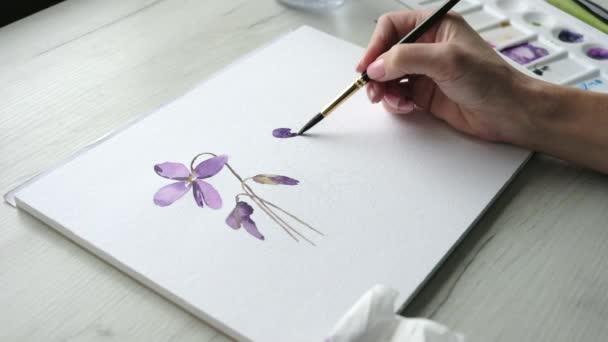 Künstlerin bemalt bunte lila Blumen