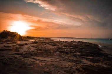 tramonto estivo sulla spiaggia di formentera