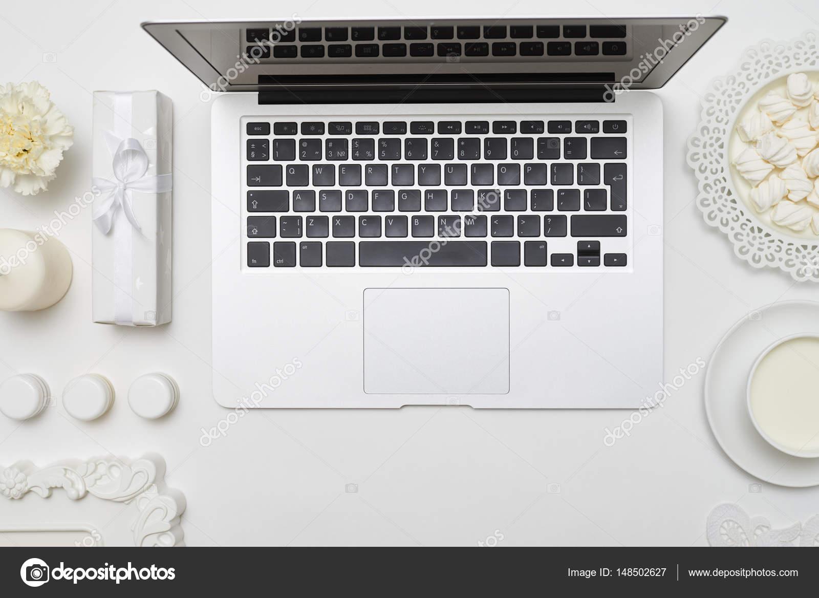 Feminine Desktop mit Zubehör Anordnung lag flach Schuss — Stockfoto ...