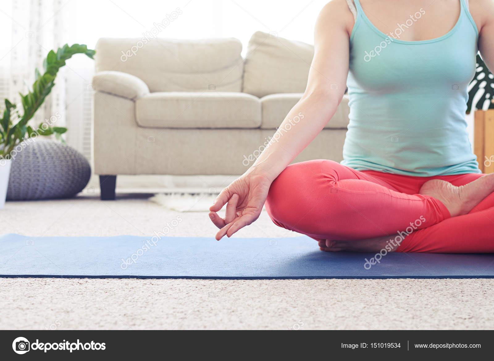 Menina Magro Meditando Na Posi O De L Tus No Tapete De Ioga Na Sala  -> Tapete Para Sala De Pilates