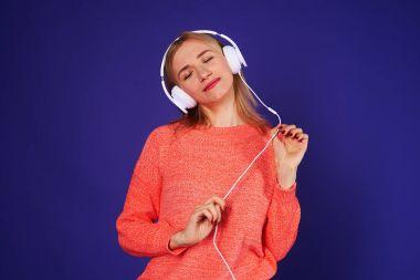 dreamy blond listening music