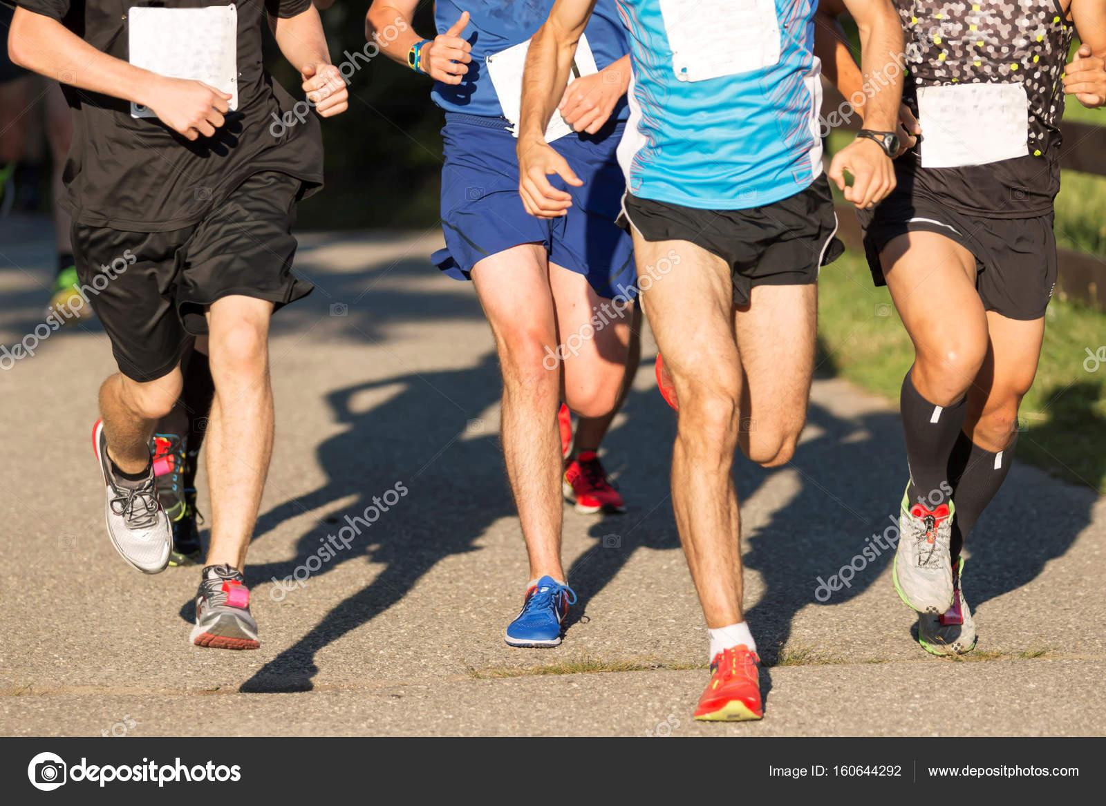 ace849c3fc Hombres carreras de 5k en el verano — Foto de stock © WoodysPhotos ...