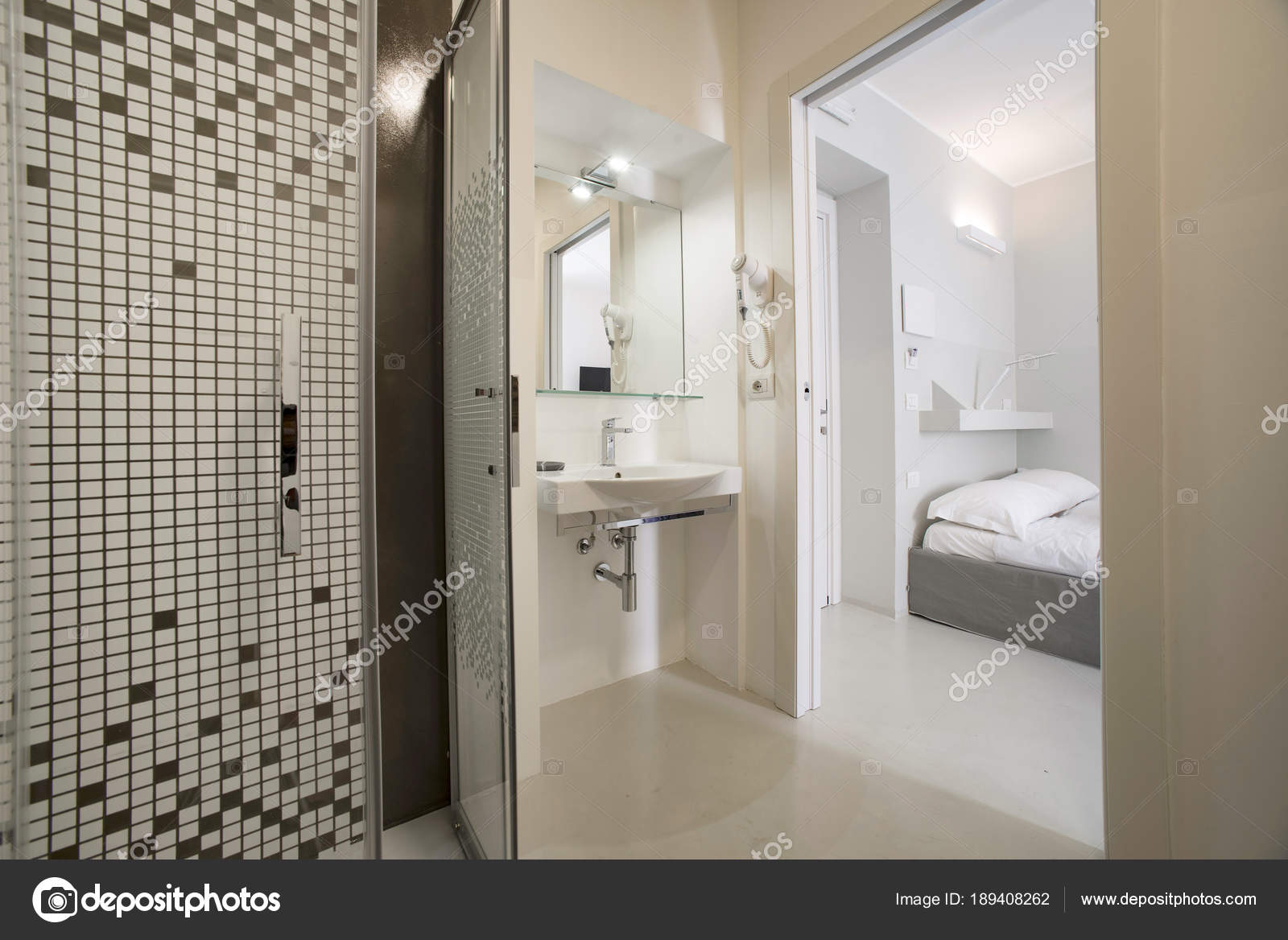Bagno moderno pulito con sanitari completi u2014 foto stock © gilas