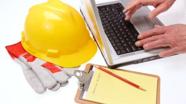 Baupläne auf Laptop für Bauprojekt