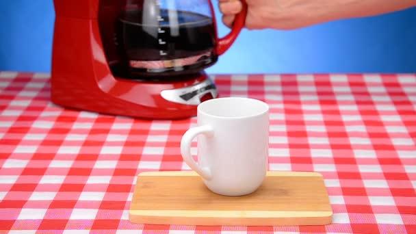 Öntés egy csésze friss kávé