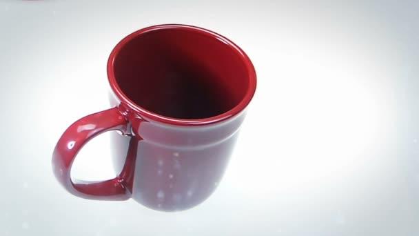 Piros kávéscsésze friss főzött kávé