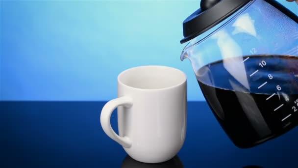 Fehér kávéscsésze friss főzött kávé