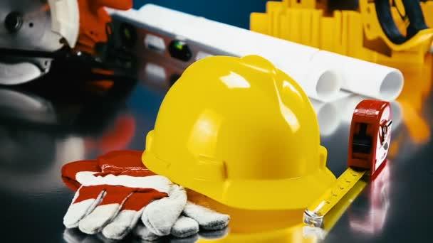 Bauzubehör auf Tischplatte mit Hardhat
