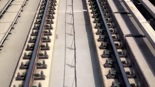 Datailní pohled na železniční trati s pohybem.