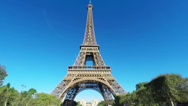 Zpomalený pohled na Eiffelovu věž