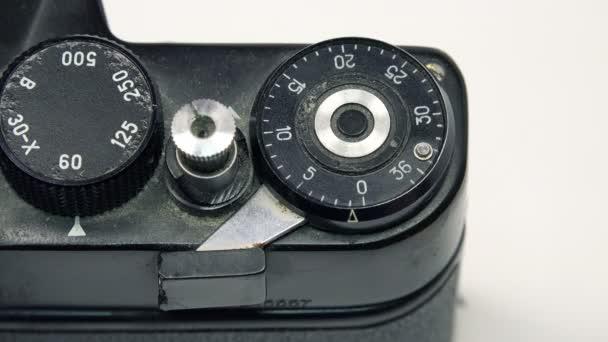 Fotografo premendo il pulsante dellotturatore
