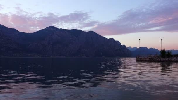Západ slunce na jezeře Garda mezi oblíbený