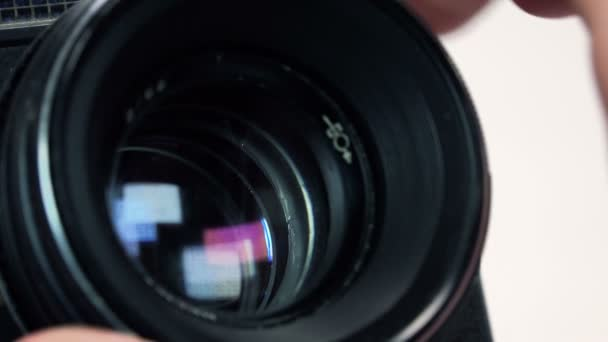 Fotograf upraví clonu v Retro fotoaparát