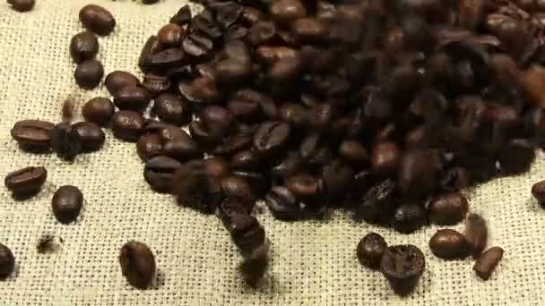 Datailní pohled klesající pražená kávová zrna