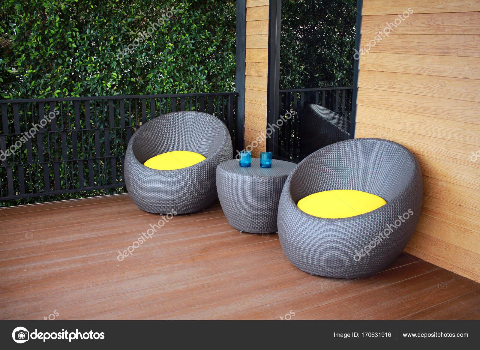 Moderne Möbel Aus Kunststoff Korbsessel Auf Der Terrece Stockfoto