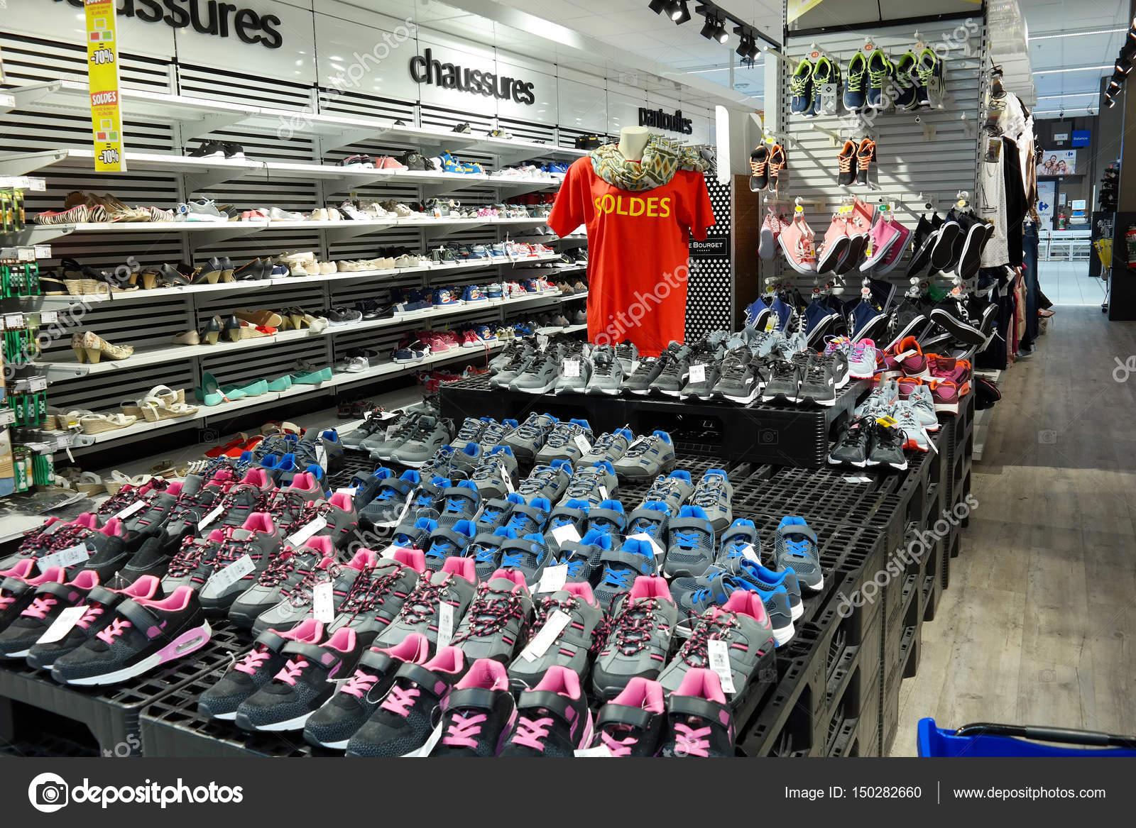 Departamento de calçado de um hipermercado — Fotografia de Stock ... f1d33d158315c
