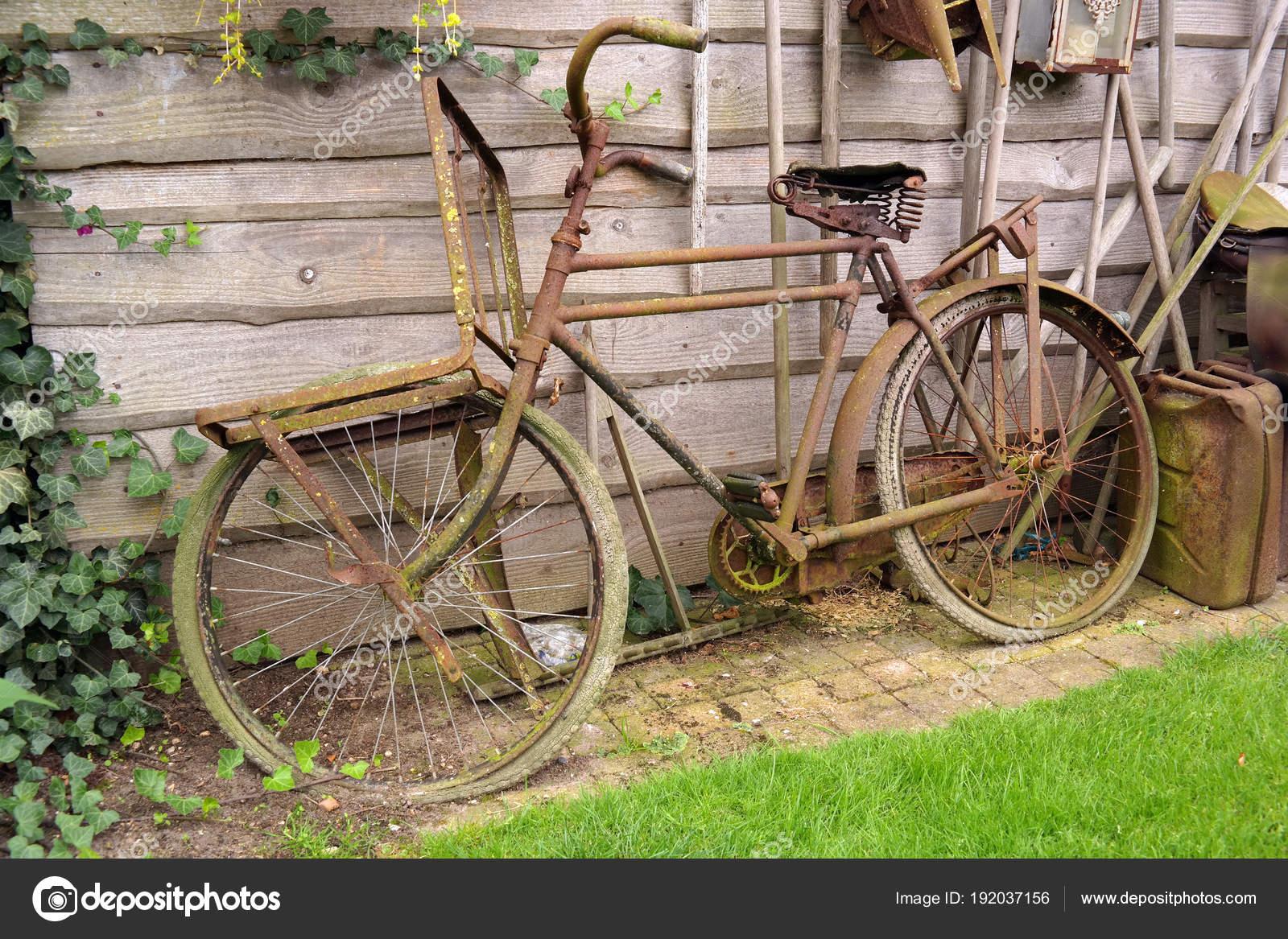 Vieux Vélo Rouillé Montré Pour Décoration Dans Jardin ...