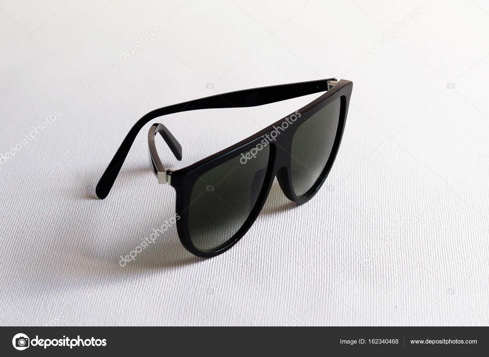 05ea33bc9f1ce Óculos de sol preto luxo isolados no fundo branco — Fotografia de Stock