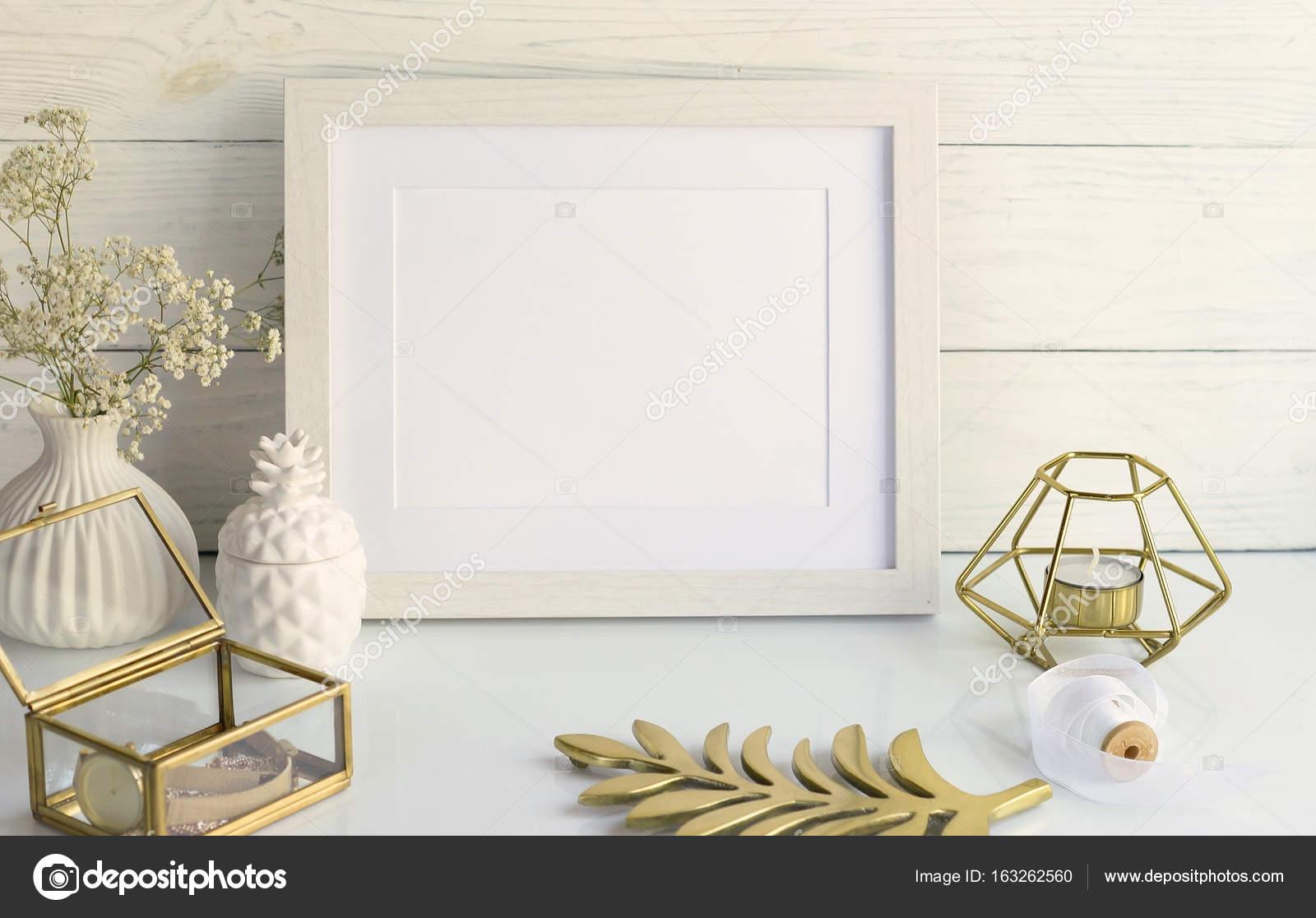 Maqueta de marco blanco con elementos interiores sobre fondo blanco ...