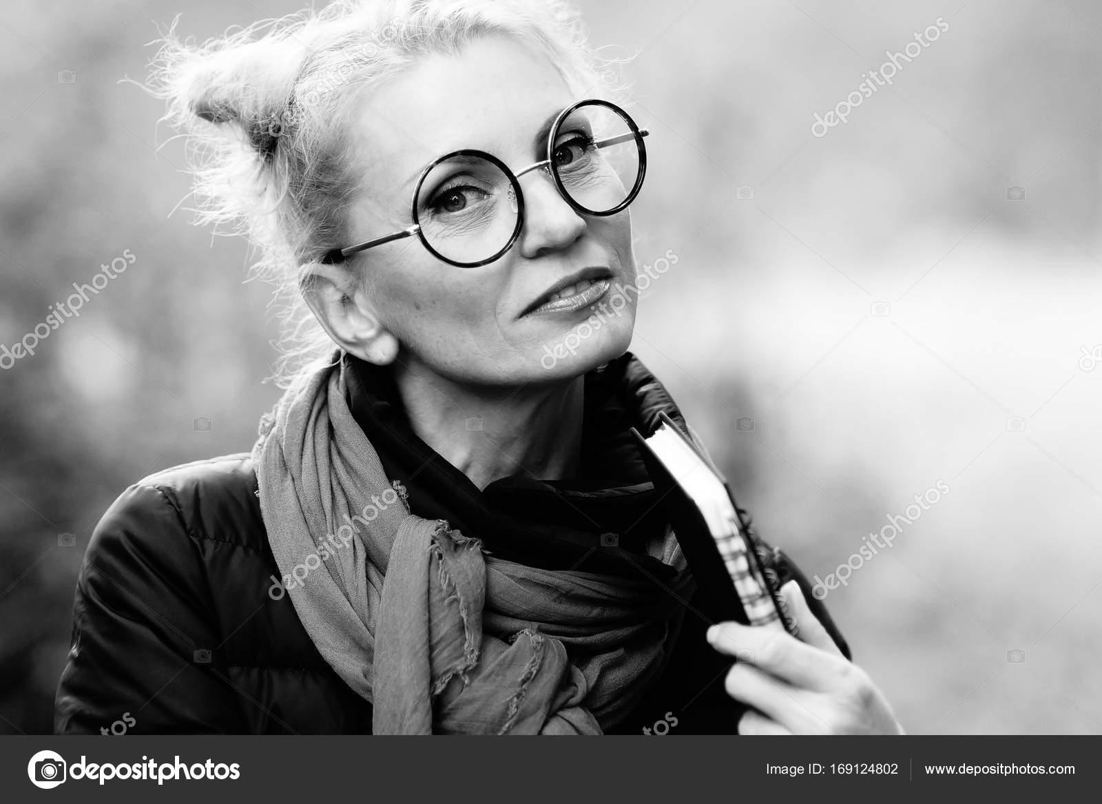 ocharovatelnaya-blondinka-na-cherno-belom-foto-kartinki