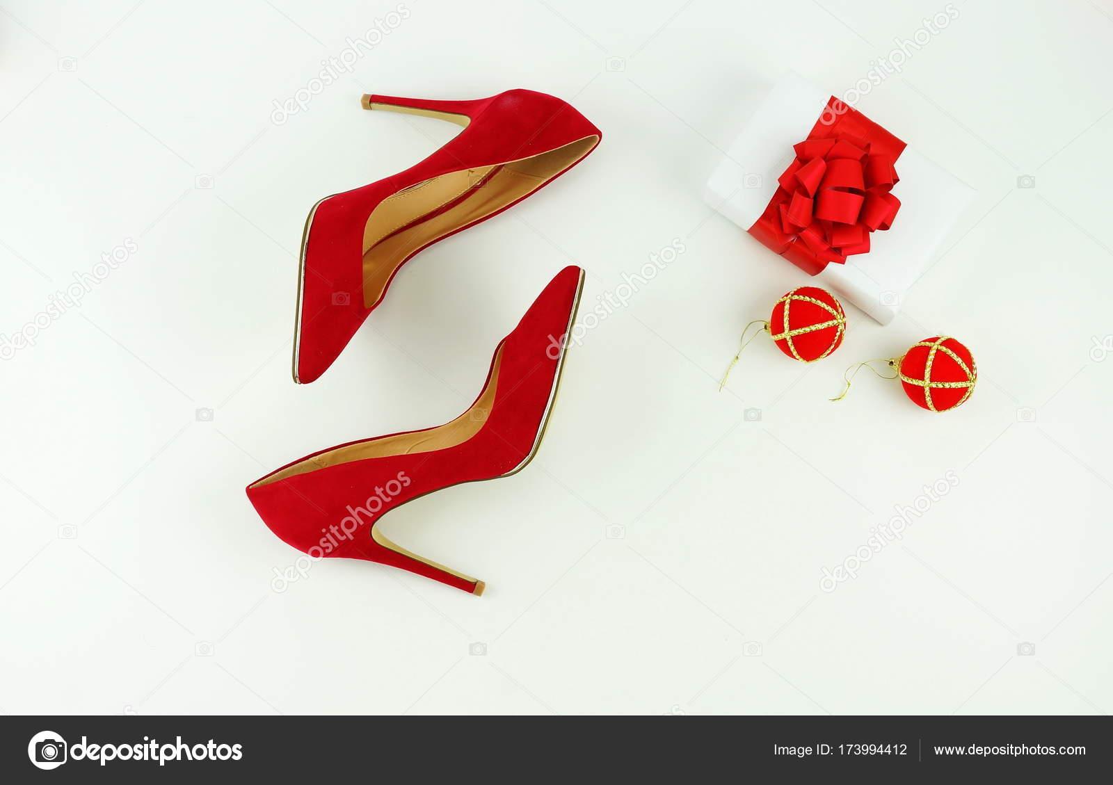 4467d9bba3761a Жіночий модний стильний червоний підборах взуття, Різдвяний подарунок,  новорічні кулі на білому тлі– стокове зображення