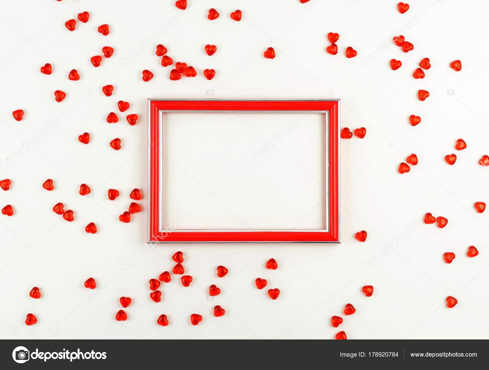 Valentinstag Konzept Roter Rahmen Und Roten Herzen Auf Einem Weißen ...