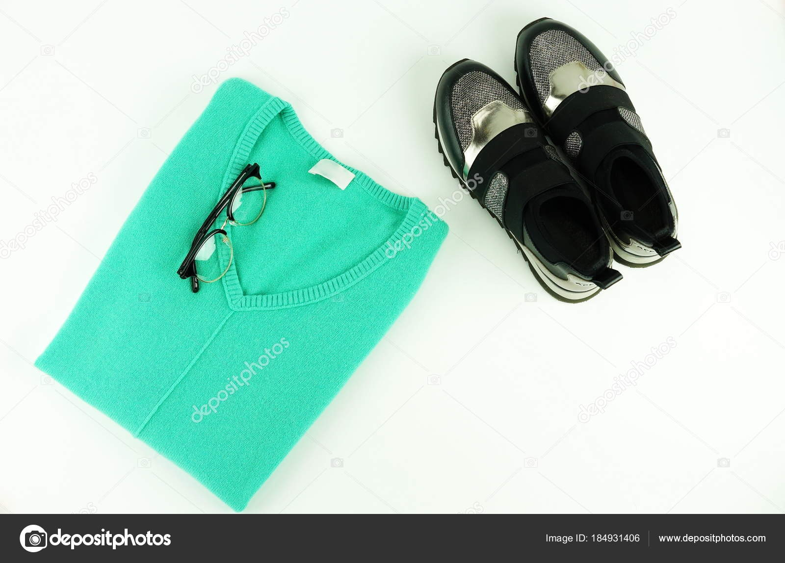 ed071a30bb Las Mujeres Moda Ropa Calzado Accesorios Verdes Sueter Zapatillas Gafas —  Foto de Stock