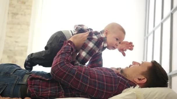 Mladá rodina, otec, matka a syn ležel v posteli a jsou spokojeni