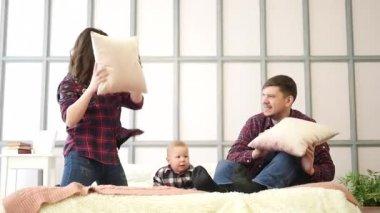 Мама и папа и дочь и сын видео