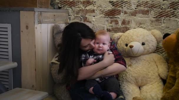 Šťastný matka objímala a líbala její chlapeček. Šťastná rodina. Matek den pozadí, jarní prázdniny