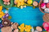 Húsvéti tojások a fészekben a rusztikus fa deszka festett kék. Húsvéti koncepció. Lapos feküdt