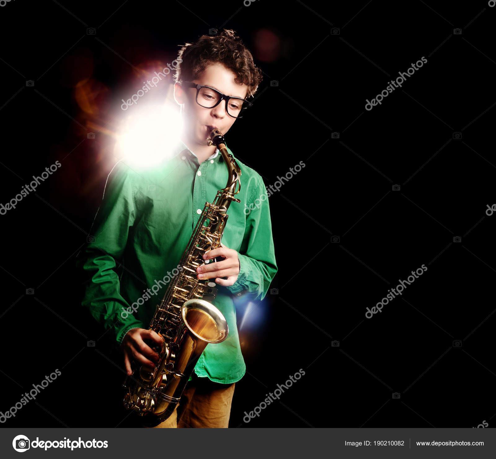 d8a61886a5c6 Εφηβικό αγόρι που παίζει σαξόφωνο σε μαύρο φόντο — Φωτογραφία ...