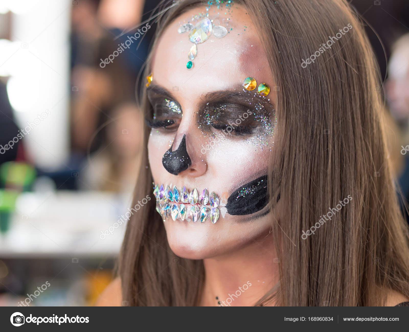 Chica Joven Asustadiza Con Creativa Halloween De Pintura De Guerra - Maquillaje-profesional-halloween