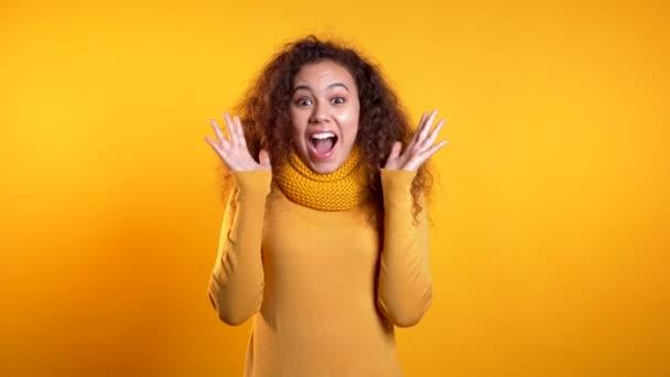 Porträt des Mädchens, zeigt sie Wow-Freude-Geste. überrascht aufgeregte glückliche Frau
