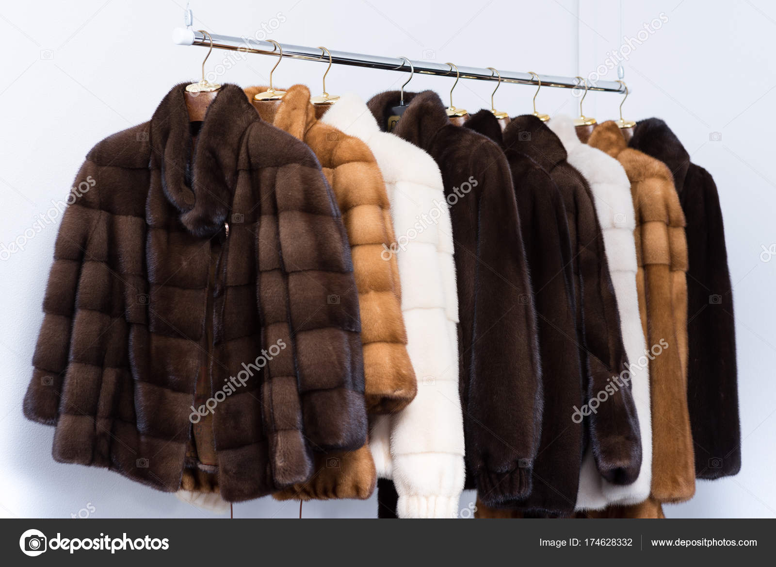 69d8bc2ce4e5 Γούνινα παλτά στις κρεμάστρες Μυρταριώτισσα-Ρουκουνιώτης– εικόνα αρχείου