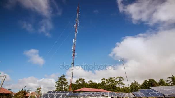 4 k Timelapse, cloudscape solární panely a větrné turbíny v městě s modrou oblohou