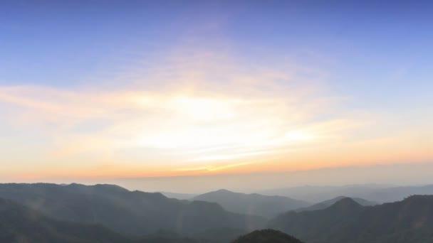 Timelapse, cloudscape a západ slunce za soumraku v deštném pralese, Thajsko.