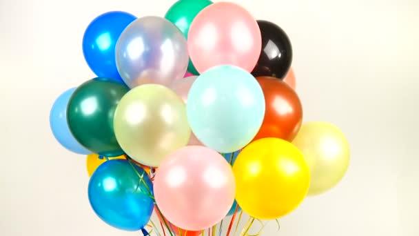 Létající balóny na bílé plátno