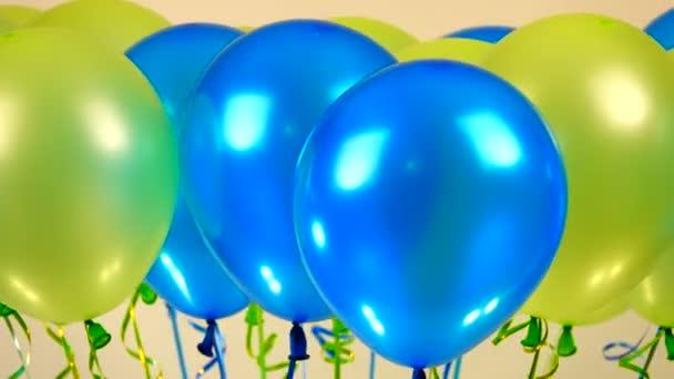 forgó színes golyókat, kék és sárga, fehér háttér