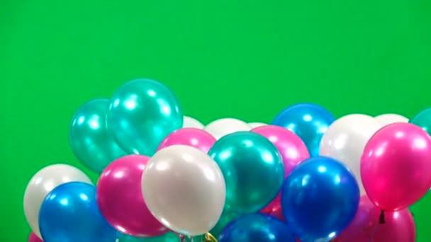 barevné balóny létat nahoru na zelené obrazovce