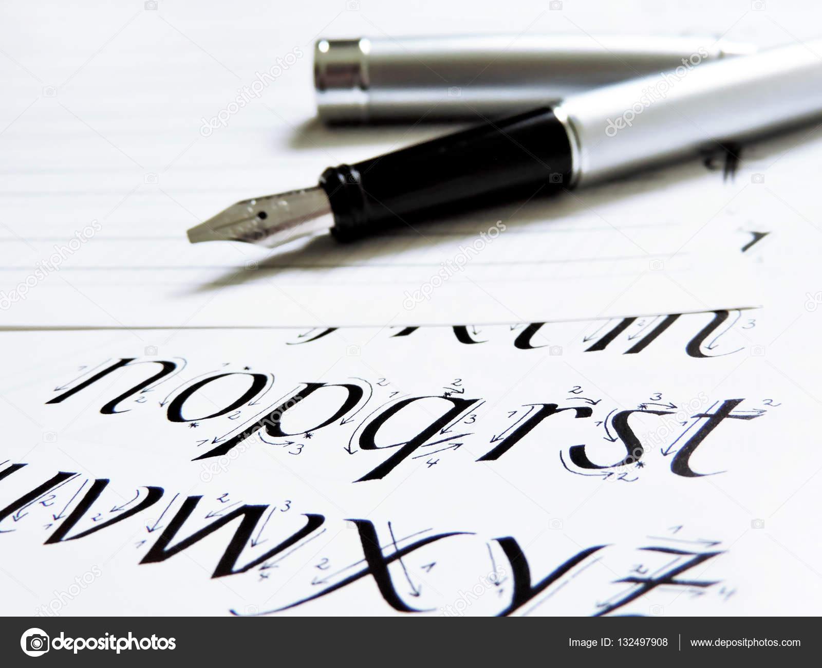 Sc�ne de calligraphie avec �l�gant stylo plume photo
