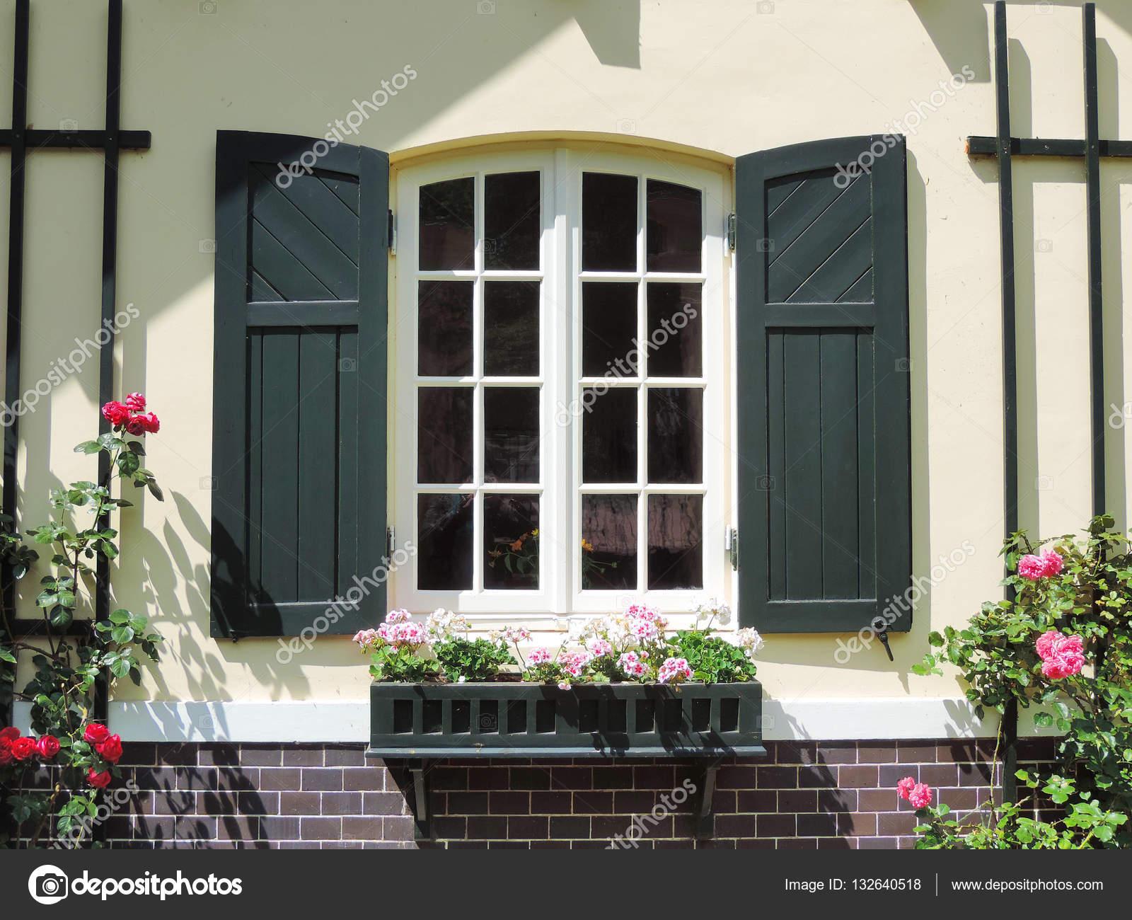 Schones Haus Mit Grunen Fensterladen Fenster Stockfoto C Eivaisla