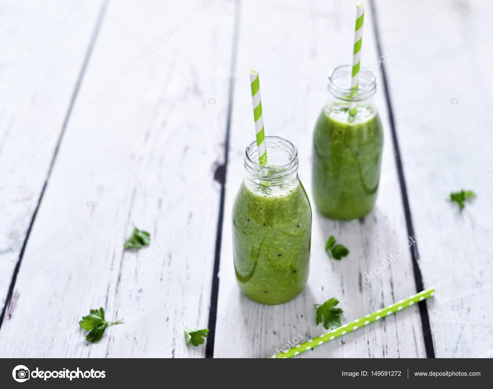 Grüner Smoothie, gesund, Bio-Getränke — Stockfoto © Eivaisla #149591272