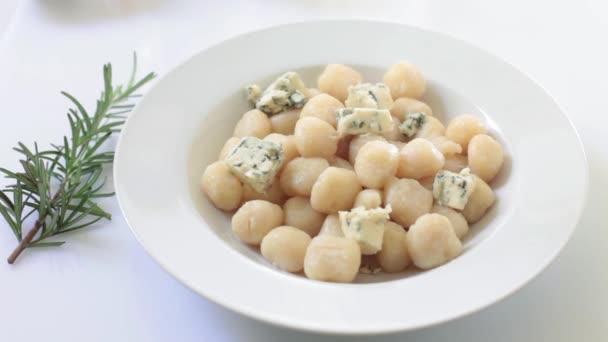 házi készítésű olasz gnocchi gorgonzola szósszal