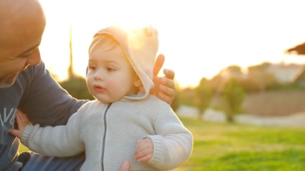 Chlapeček s otcem venku. Full Hd Video