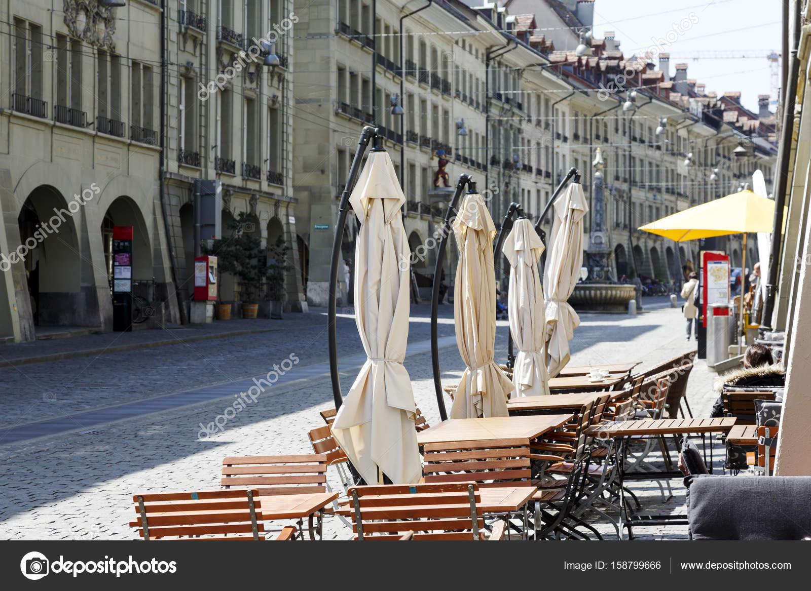 Terras restaurant op een trottoir u redactionele stockfoto